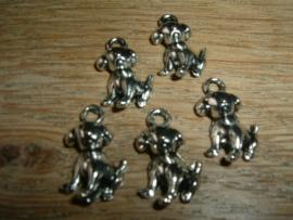 Leuke kleine zilverkleurige hangertjes van een zittend hondje