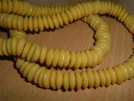 Mooie gele platte handelskralen van 12 mm.