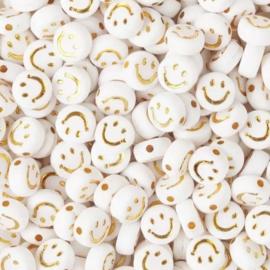 Witte ronde letterkralen met een gouden smiley 7 mm.