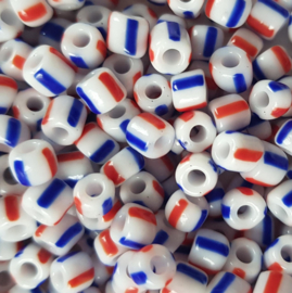 10 gram Rocailles 5mm wit met een blauw en rood streepje