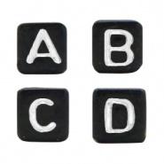 Mooie zwarte letterkralen met witte letters in de vorm van een blokje.