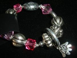Mooie armband van  zilverkleurige en roze kralen