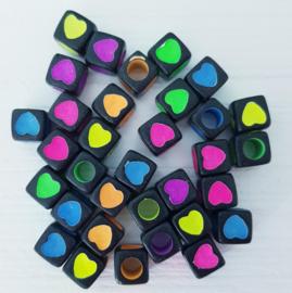 Mooie zwarte blokjes kralen met een gekleurd hartje