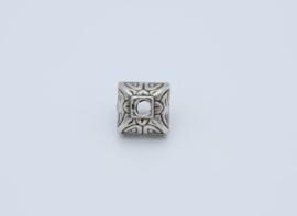 Mooi gevormde zilverkleurige kraal (T 26 )