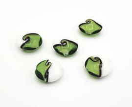 Mooie wit met groen gebolde ronde kralen 20 mm.