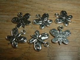 Mooie zilverkleurige bedels in de vorm van een vlindertje
