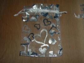 Mooie witte organza zakjes met zilveren hartjes 11 x 9 cm.