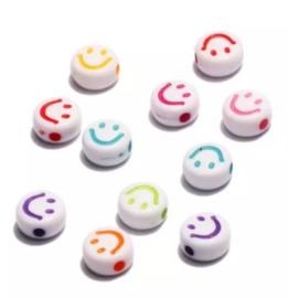 10 stuks Witte ronde letterkralen met een gekleurde smiley 7 mm.