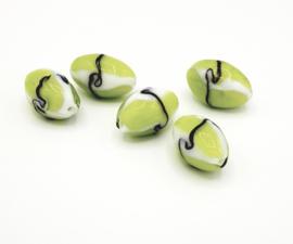 Mooie grote wit met groen bewerkte glaskralen 26 x 16 mm.