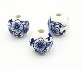 Mooie ronde Delfsblauwe keramieke kralen met bloem 16 mm.