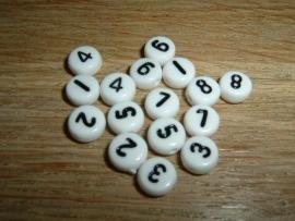 Mooie witte cijferkralen met zwarte cijfers