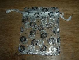 Mooie witte organzazakjes met zilverkleurige bloemetjes
