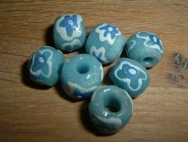 Mooie lichtblauwe kralen met een blauw bloemetje