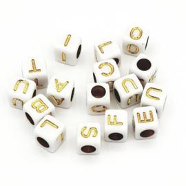 Witte letterkralen met gouden letters in de vorm van een blokje  6x6mm