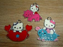 Verschillende soorten vrolijke gekleurde Hello Kitty hangertjes