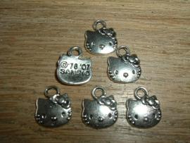 Leuke kleine zilverkleurige Hello Kitty hangertjes