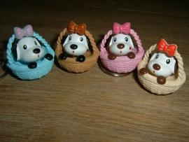 Sleutelhangers van een leuk hondje in een gekleurd mandje