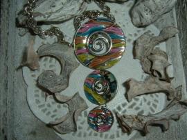 Mooie zilverkleurige ketting met vrolijk gekleurde hangers