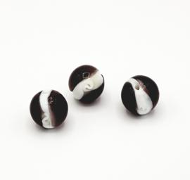 Mooie ronde bewerkte kralen in paars met wit 18 mm.