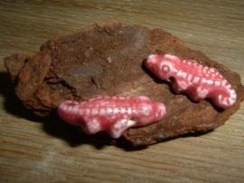 Mooie donkerroze keramieke kralen in de vorm van een krokodil