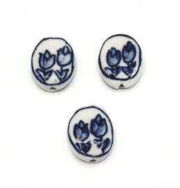 Mooie ovale Delfsblauwe kralen met tulpen 20 x15 x 5 mm.
