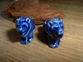 Mooie donkerblauwe keramieke kralen in de vorm van een leeuw