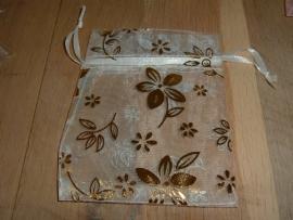 Mooie witte organza zakjes met bloemen 11,5 x 8,5 cm.