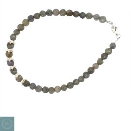 Labradoriet armbandje met zilveren kraaltjes