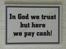 kunststof bordje In God we trust but here we pay cash! 10x14 cm