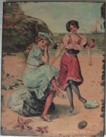 nostalgische vlak metalen bord meisjes op het strand