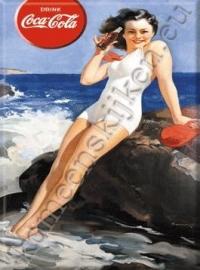 metalen ansichtkaart Coca Cola dame aan zee 15-21 cm