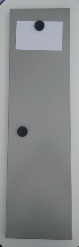 smal grijs metalen memo bord