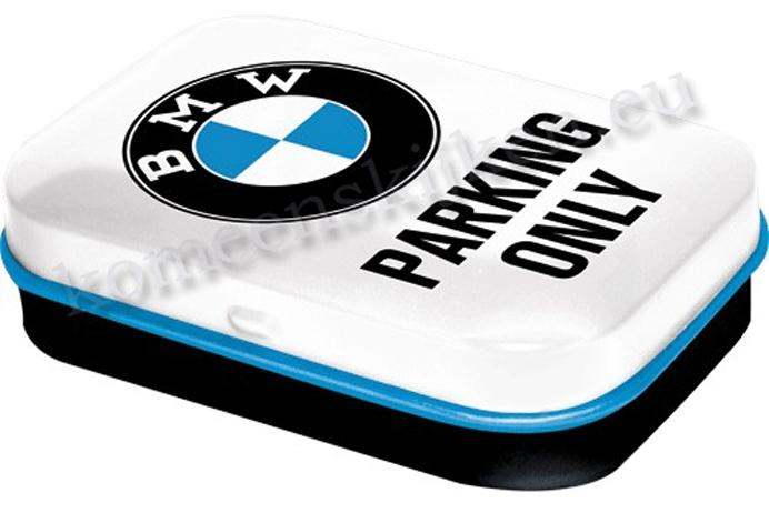 mint box met embleem van bmw en parking only