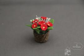 Rode bloemen in mand
