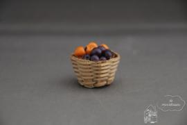Mand met abrikozen en pruimen