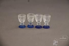 Vier glazen met blauwe voet