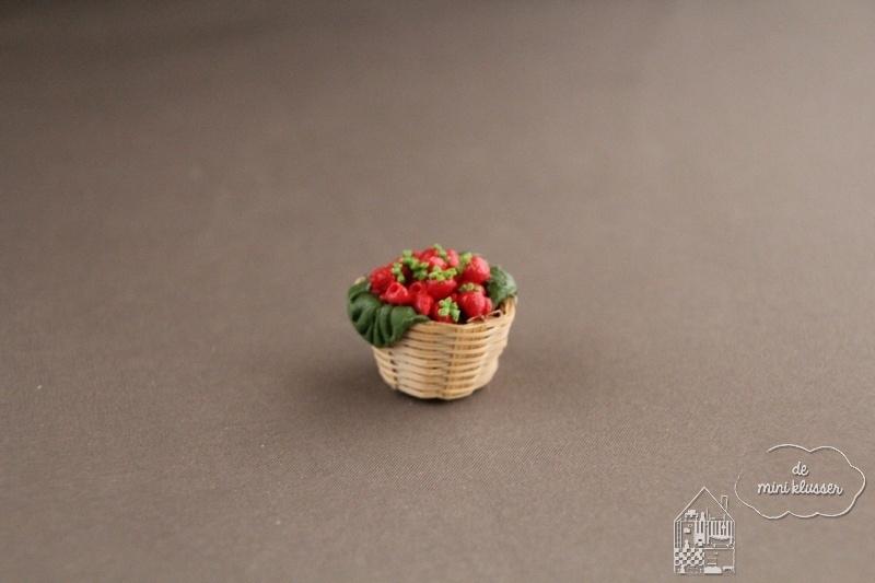 Mand met aardbeien