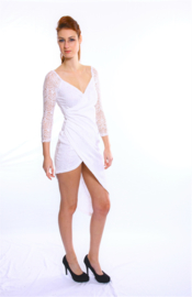 Wit kanten asymmetrisch jurkje