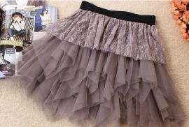 Mooie lichtbruine meerlaags petticoat met kant.