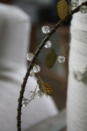 mooie metalen krans met blaadjes en kraaltjes