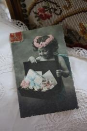 """dubbele kaart van handgeschept papier """"Meisje met brieven"""""""