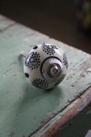 porseleinen kastknop met zwarte bloemen en stippen