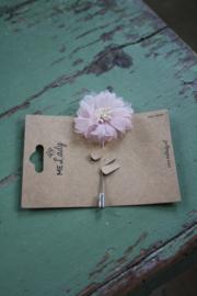 broche met bloem in roze