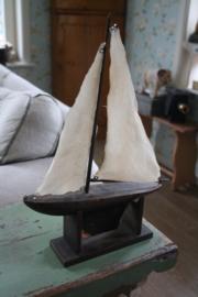 decoratieve houten boot op houten steun
