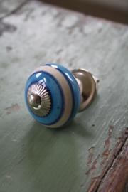 porseleinen kastknop met ( licht) blauwe strepen