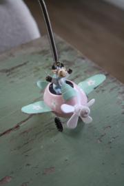 """hanger aan veer """"koe in vliegtuig roze"""""""