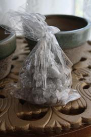 grijze kaars in de vorm van een kerstboom