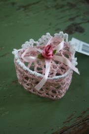 schattig roze kanten mandje in de vorm van een hartje