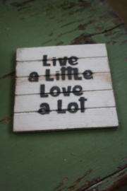 """dun houten onderzetter """"Live a little, love a lot"""""""