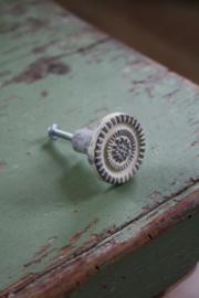 creme kleurige ronde metalen knop